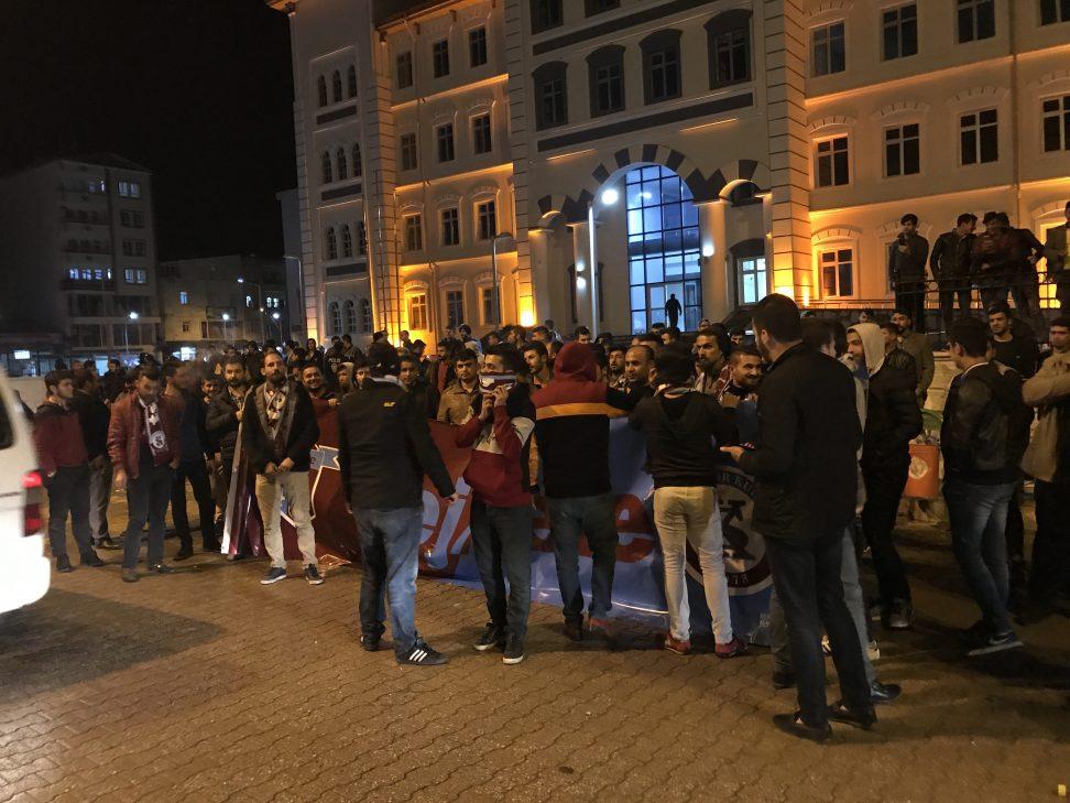 KAHTASPOR TARAFTARI SEYİRCİSİZ MAÇI PROTESTO ETTİ. VİDEOLU