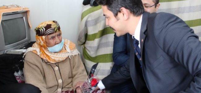 Sezik'den Depremzede Kadınlara Karanfil