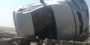 Otomobil Briketlerin Üzerine Devrildi: 2 Yaralı