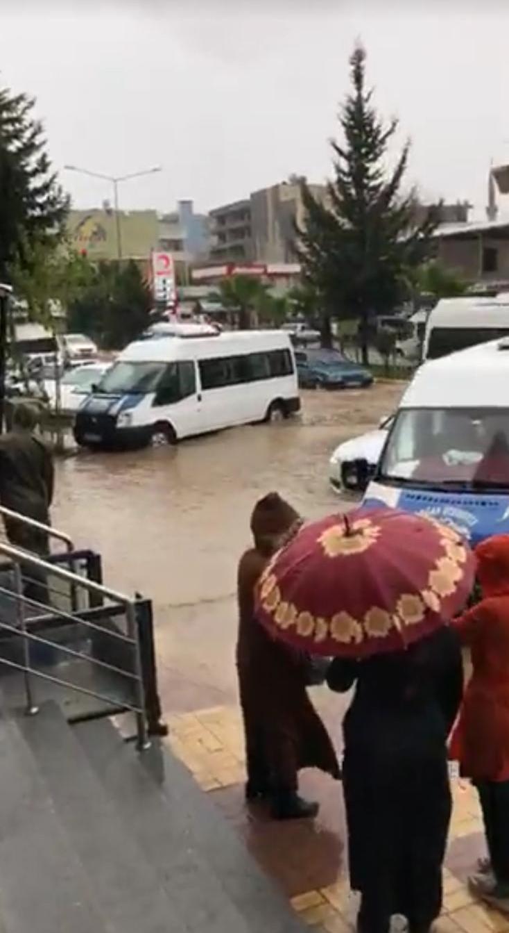 Kahta'da yağanak yağış vatandaşı çileden çıkardı. Vedeolu