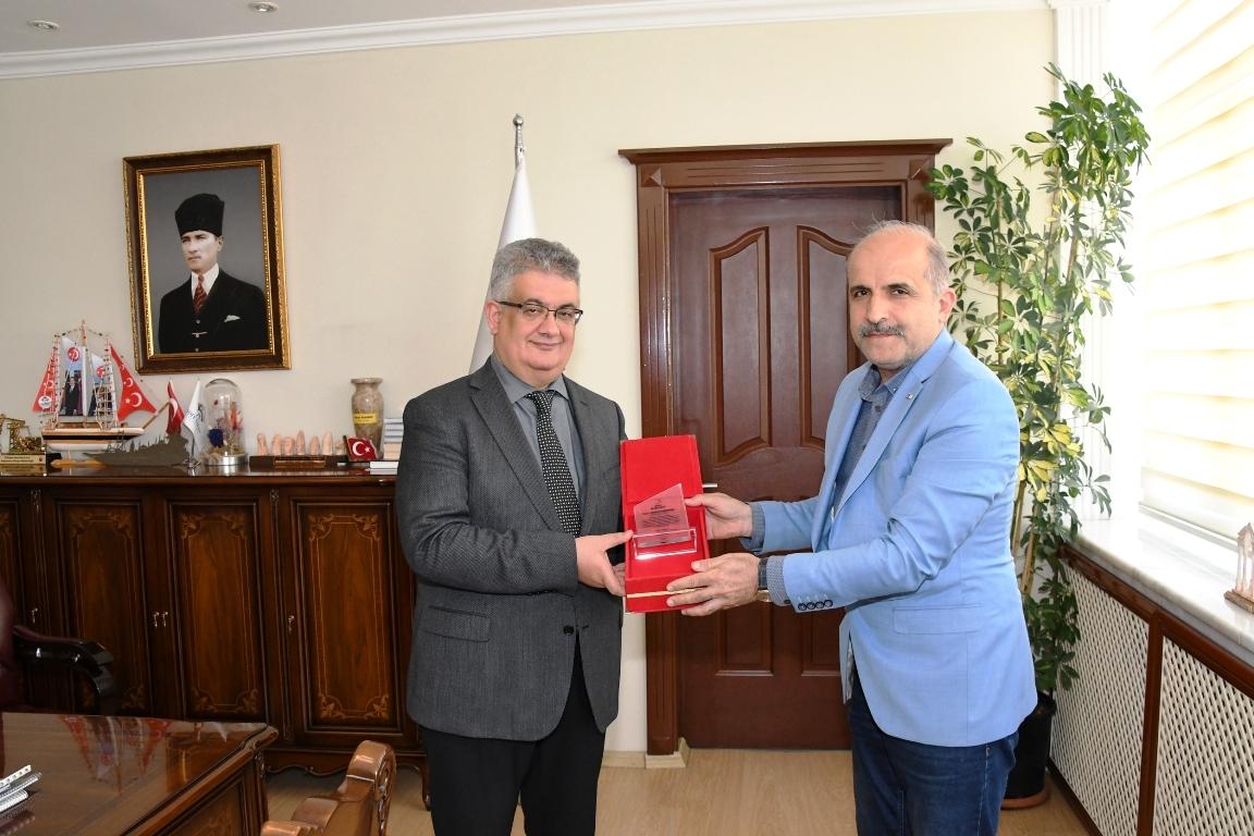 Kızılay'dan Vali Aykut Pekmez'e Kan Bağışı İçin Teşekkür Plaketi