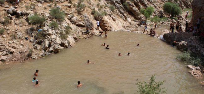 Gençler Dayanışmayla Yaptırdıkları Gölette Serinliyorlar