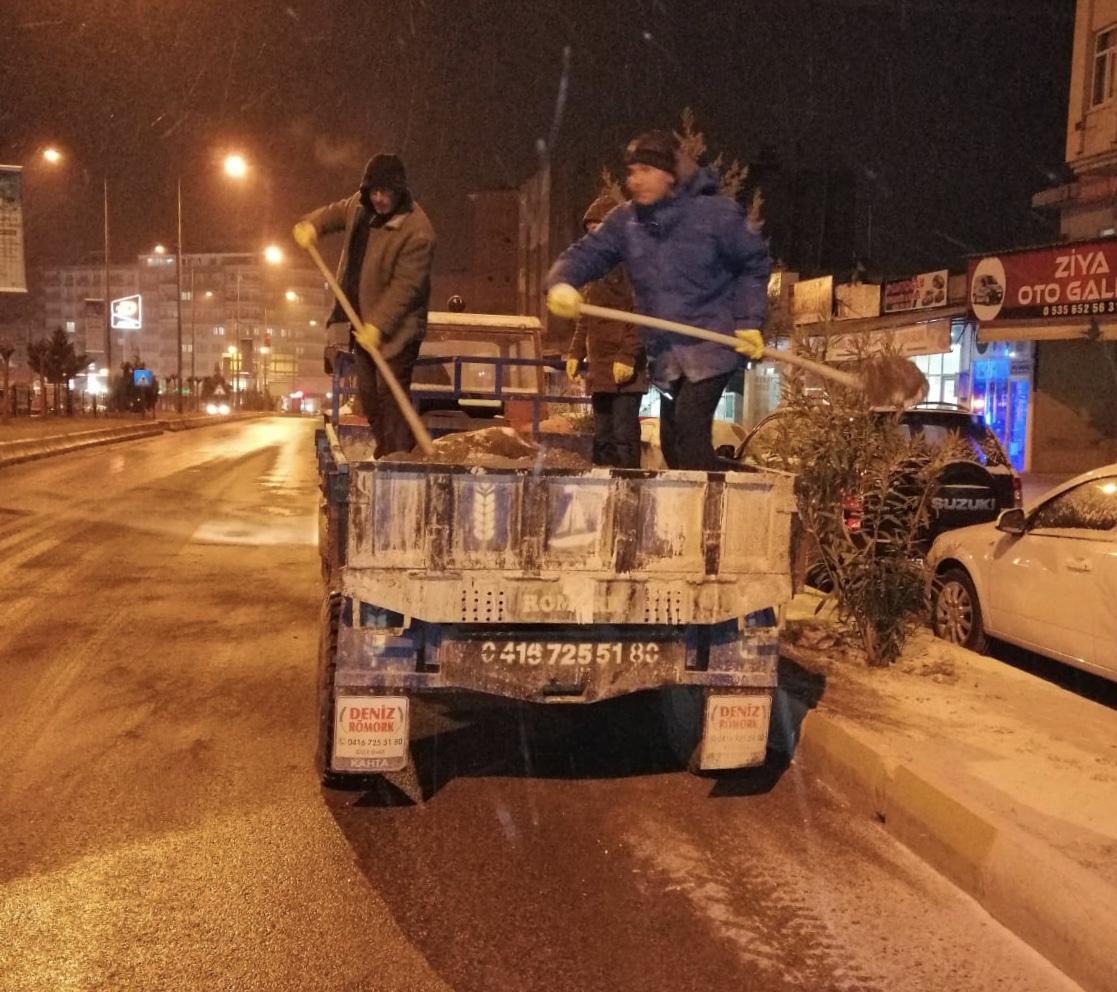 Buzlanma tehlikesine karşı yollarda  tuzlama yapıldı